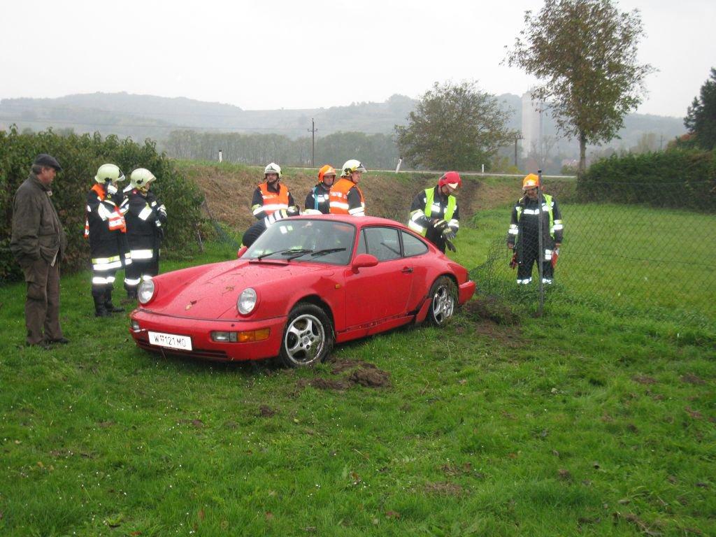 Fahrzeugbergung auf der B4 Richtung Niederrussbach Höhe Firma Berger - 1 PKW nach Verkehrsunfall